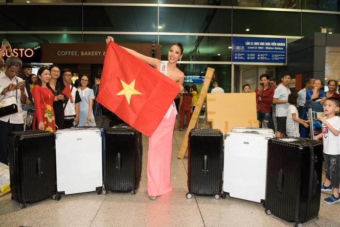 H'Hen Niê 'náo loạn' sân bay, tiễn Hoàng Thuỳ đi Mỹ dự thi Miss Universe  - ảnh 9