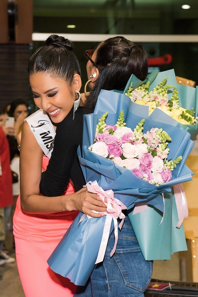 H'Hen Niê 'náo loạn' sân bay, tiễn Hoàng Thuỳ đi Mỹ dự thi Miss Universe  - ảnh 7