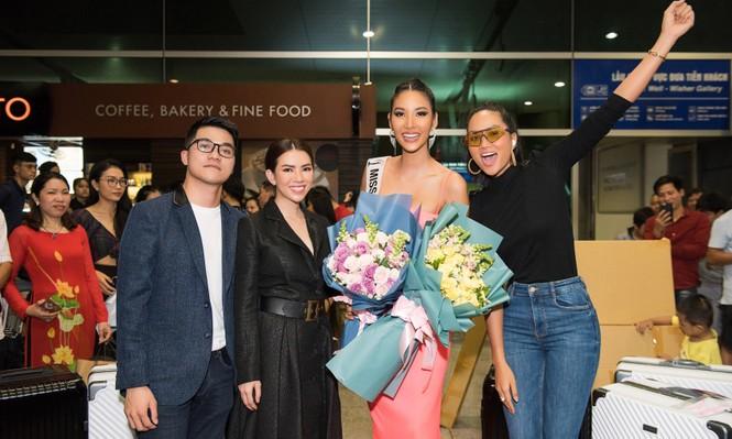 H'Hen Niê 'náo loạn' sân bay, tiễn Hoàng Thuỳ đi Mỹ dự thi Miss Universe  - ảnh 8