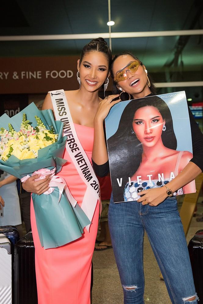 H'Hen Niê 'náo loạn' sân bay, tiễn Hoàng Thuỳ đi Mỹ dự thi Miss Universe  - ảnh 5
