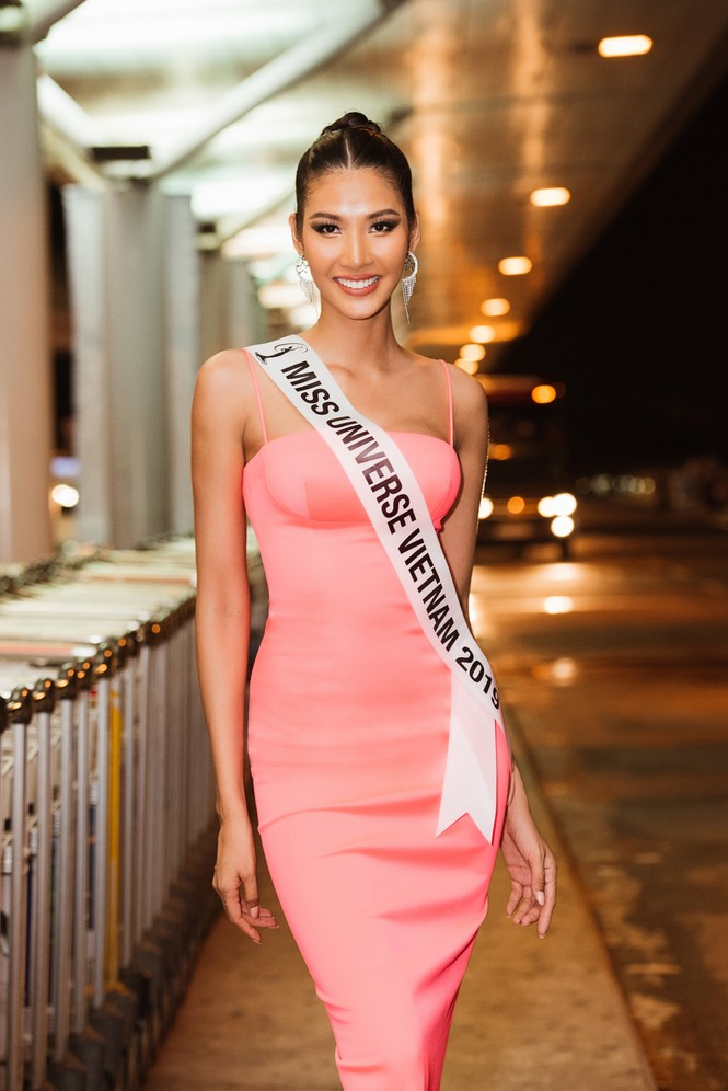 H'Hen Niê 'náo loạn' sân bay, tiễn Hoàng Thuỳ đi Mỹ dự thi Miss Universe  - ảnh 1