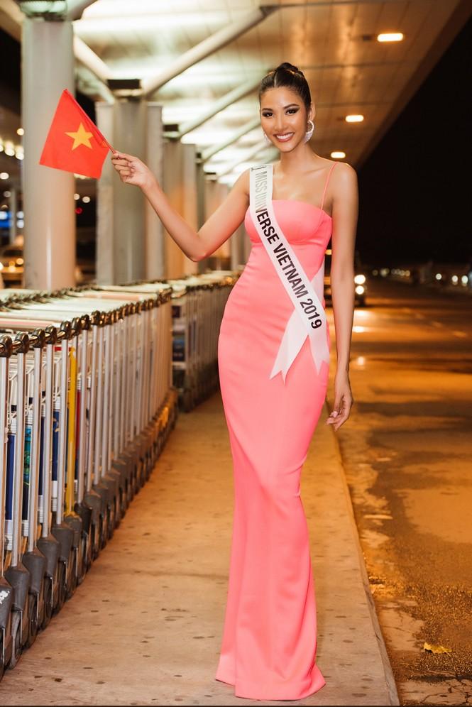 H'Hen Niê 'náo loạn' sân bay, tiễn Hoàng Thuỳ đi Mỹ dự thi Miss Universe  - ảnh 2