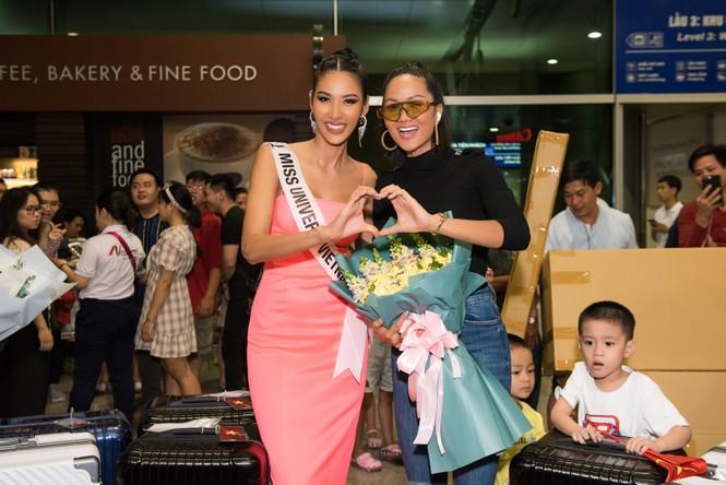 H'Hen Niê 'náo loạn' sân bay, tiễn Hoàng Thuỳ đi Mỹ dự thi Miss Universe  - ảnh 6