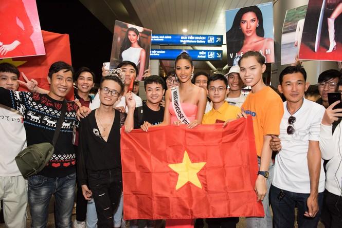 H'Hen Niê 'náo loạn' sân bay, tiễn Hoàng Thuỳ đi Mỹ dự thi Miss Universe  - ảnh 11