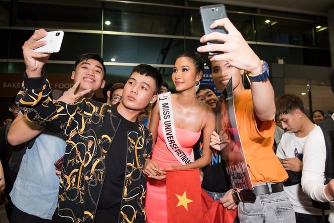 H'Hen Niê 'náo loạn' sân bay, tiễn Hoàng Thuỳ đi Mỹ dự thi Miss Universe  - ảnh 10