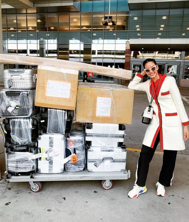 Vừa bị phạt 50 triệu ở sân bay, Hoàng Thuỳ 'chơi lớn' diện set đồ 200 triệu ở Mỹ - ảnh 1