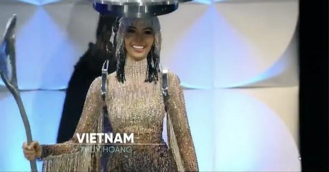 Truyền thông Mỹ khen ngợi Hoàng Thuỳ trình diễn 'Cafe phin sữa đá' ở bán kết - ảnh 1