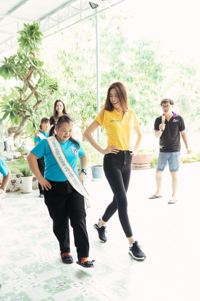 Hoa hậu Khánh Vân dạy trẻ em khuyết tật catwalk trong chuyến từ thiện đầu tiên - ảnh 11