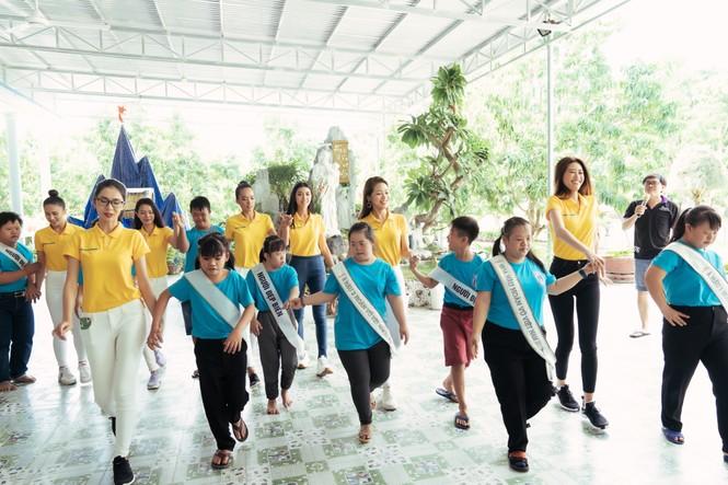Hoa hậu Khánh Vân dạy trẻ em khuyết tật catwalk trong chuyến từ thiện đầu tiên - ảnh 9