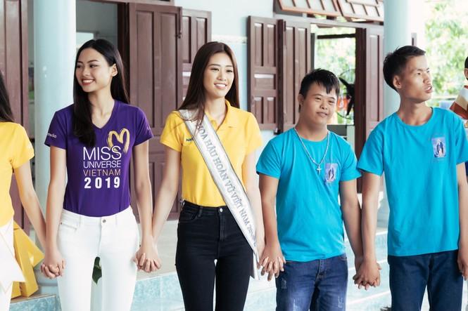 Hoa hậu Khánh Vân dạy trẻ em khuyết tật catwalk trong chuyến từ thiện đầu tiên - ảnh 8