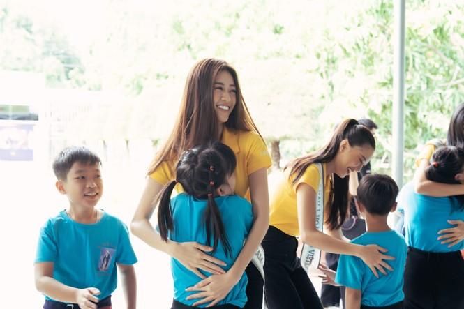 Hoa hậu Khánh Vân dạy trẻ em khuyết tật catwalk trong chuyến từ thiện đầu tiên - ảnh 5