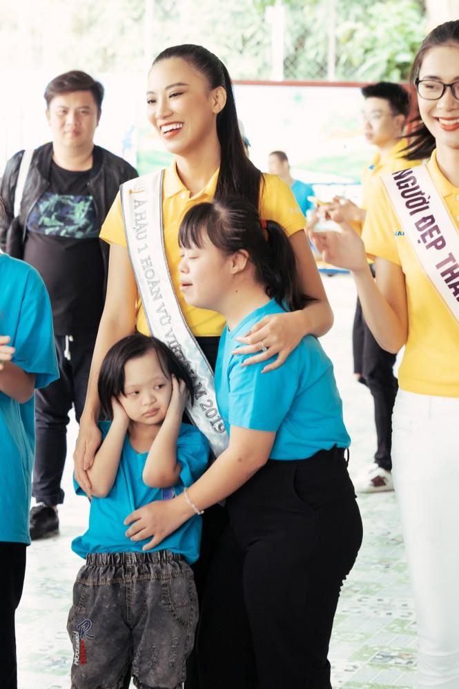 Hoa hậu Khánh Vân dạy trẻ em khuyết tật catwalk trong chuyến từ thiện đầu tiên - ảnh 4