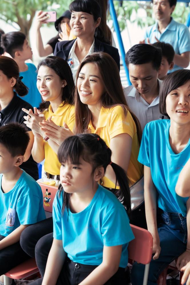 Hoa hậu Khánh Vân dạy trẻ em khuyết tật catwalk trong chuyến từ thiện đầu tiên - ảnh 7