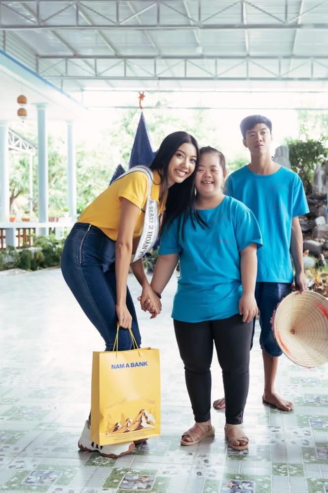 Hoa hậu Khánh Vân dạy trẻ em khuyết tật catwalk trong chuyến từ thiện đầu tiên - ảnh 3