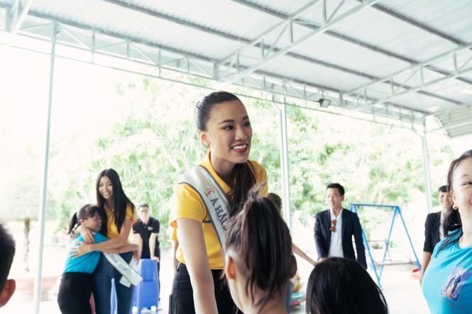 Hoa hậu Khánh Vân dạy trẻ em khuyết tật catwalk trong chuyến từ thiện đầu tiên - ảnh 6