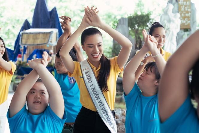Hoa hậu Khánh Vân dạy trẻ em khuyết tật catwalk trong chuyến từ thiện đầu tiên - ảnh 12