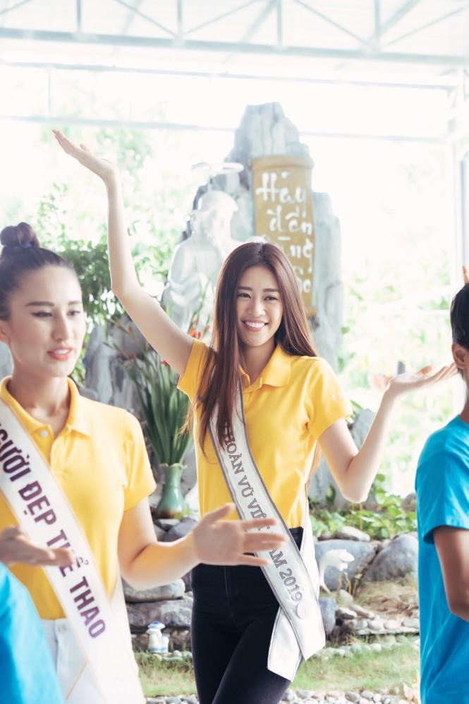 Hoa hậu Khánh Vân dạy trẻ em khuyết tật catwalk trong chuyến từ thiện đầu tiên - ảnh 10