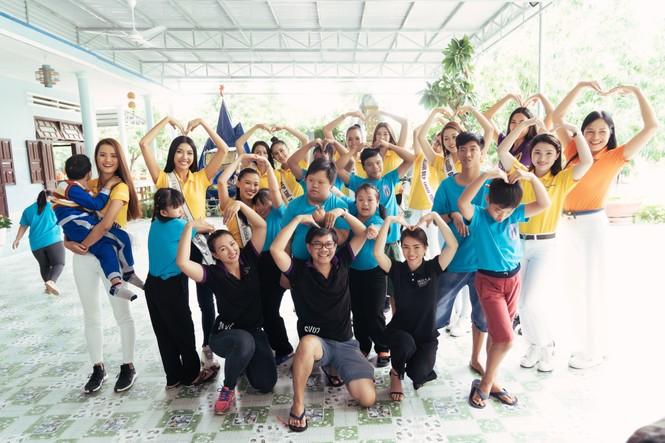 Hoa hậu Khánh Vân dạy trẻ em khuyết tật catwalk trong chuyến từ thiện đầu tiên - ảnh 13