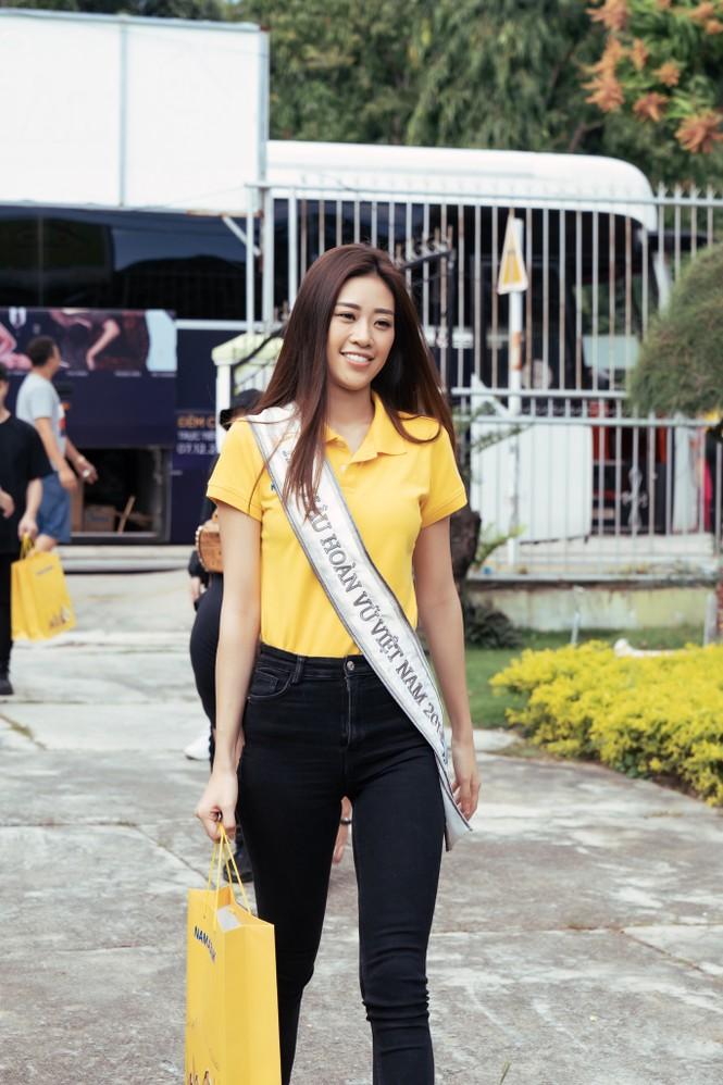 Hoa hậu Khánh Vân dạy trẻ em khuyết tật catwalk trong chuyến từ thiện đầu tiên - ảnh 1