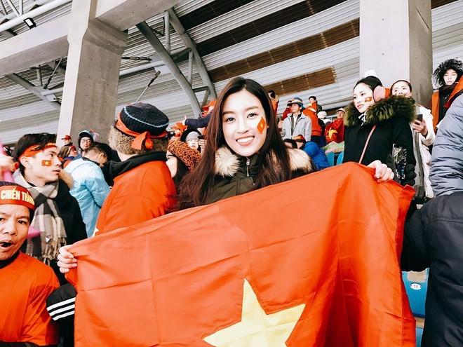 Dàn Hoa, Á hậu hừng hực khí thế chờ xuống đường mừng U22 Việt Nam vô địch! - ảnh 3