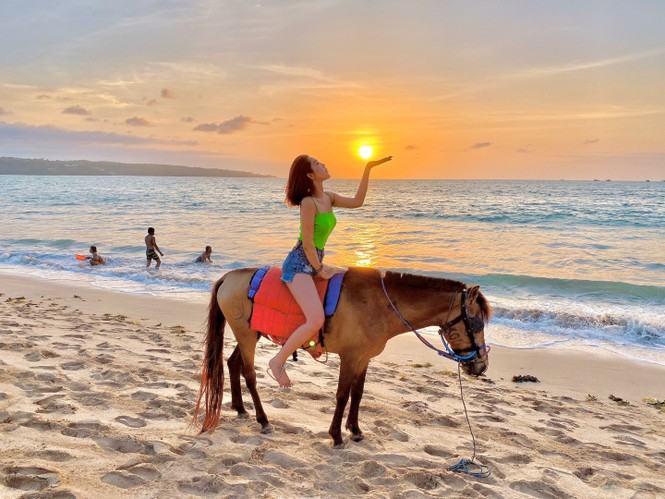Thuý Ngân hiếm hoi diện bikini, khoe vòng eo 'con kiến' nóng bỏng ở Bali - ảnh 10