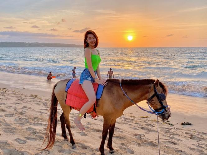 Thuý Ngân hiếm hoi diện bikini, khoe vòng eo 'con kiến' nóng bỏng ở Bali - ảnh 11