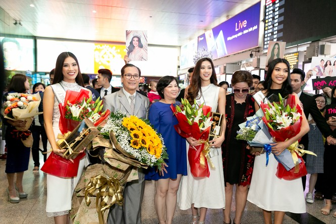Hoa hậu Khánh Vân bị hàng trăm fans 'bao vây' khi về đến TP. HCM - ảnh 6
