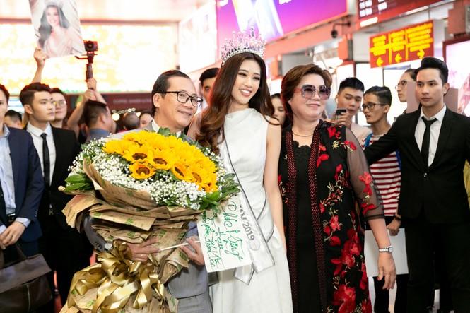 Hoa hậu Khánh Vân bị hàng trăm fans 'bao vây' khi về đến TP. HCM - ảnh 7