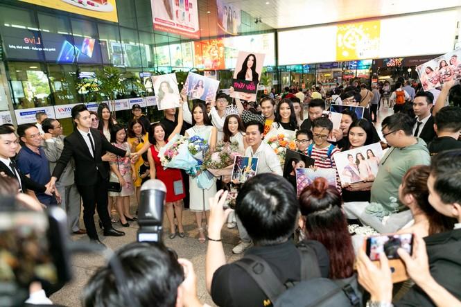 Hoa hậu Khánh Vân bị hàng trăm fans 'bao vây' khi về đến TP. HCM - ảnh 4