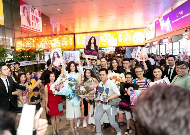 Hoa hậu Khánh Vân bị hàng trăm fans 'bao vây' khi về đến TP. HCM - ảnh 5