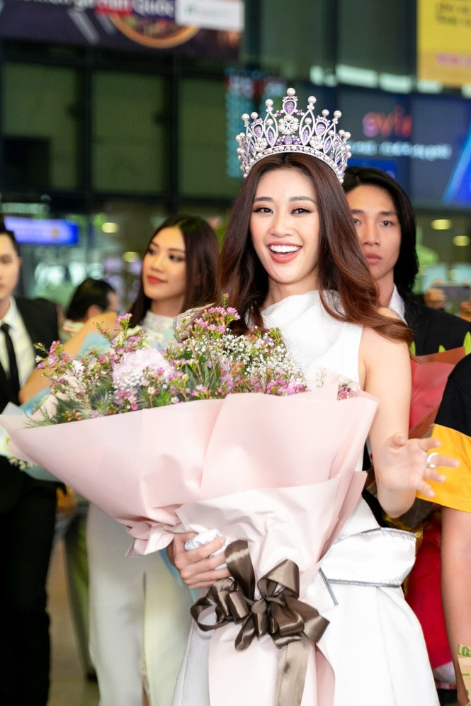 Hoa hậu Khánh Vân bị hàng trăm fans 'bao vây' khi về đến TP. HCM - ảnh 8