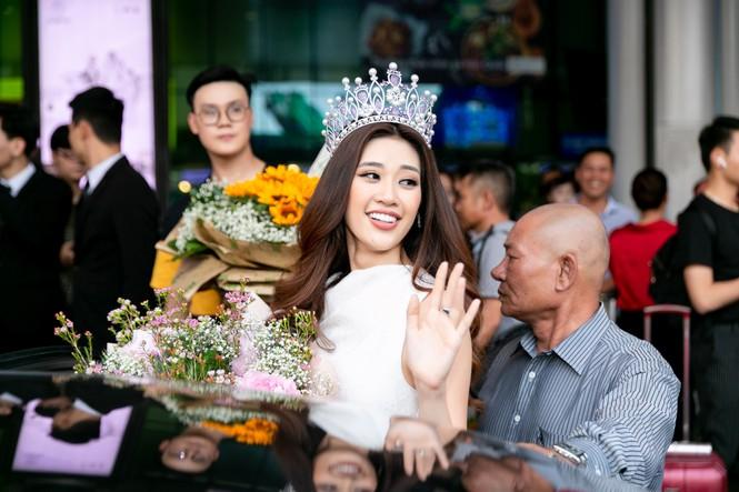 Hoa hậu Khánh Vân bị hàng trăm fans 'bao vây' khi về đến TP. HCM - ảnh 9