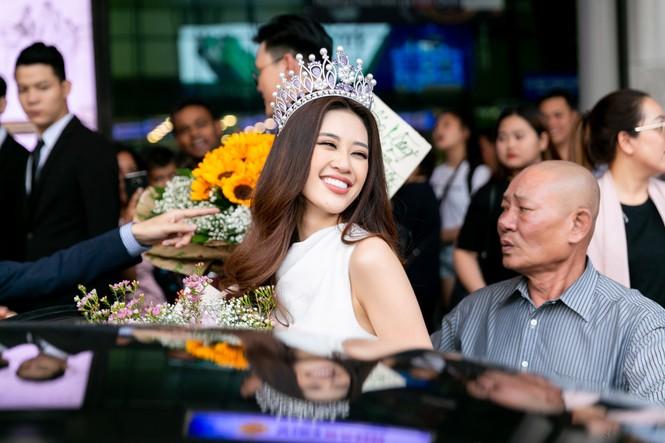 Hoa hậu Khánh Vân bị hàng trăm fans 'bao vây' khi về đến TP. HCM - ảnh 10