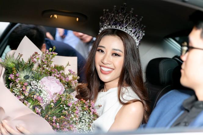 Hoa hậu Khánh Vân bị hàng trăm fans 'bao vây' khi về đến TP. HCM - ảnh 11