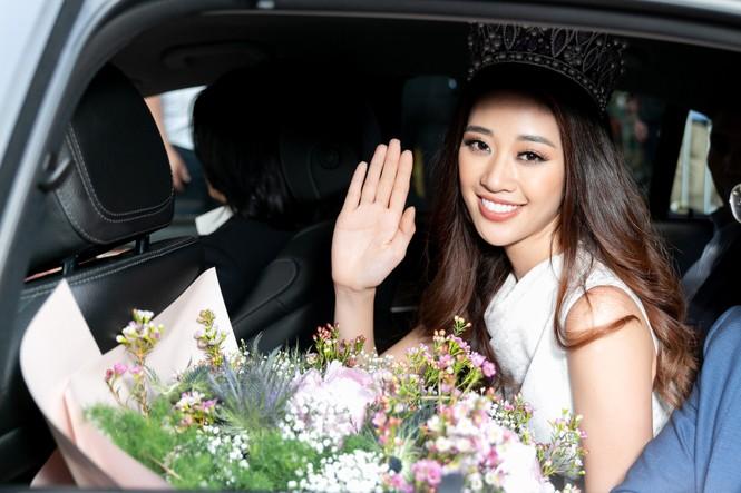 Hoa hậu Khánh Vân bị hàng trăm fans 'bao vây' khi về đến TP. HCM - ảnh 12