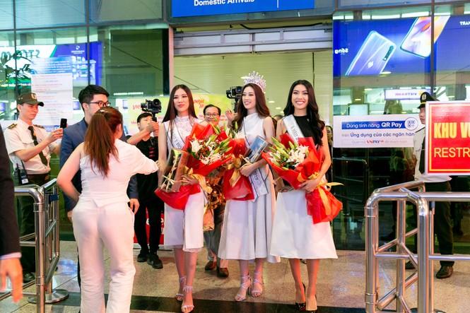 Hoa hậu Khánh Vân bị hàng trăm fans 'bao vây' khi về đến TP. HCM - ảnh 1