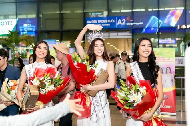 Hoa hậu Khánh Vân bị hàng trăm fans 'bao vây' khi về đến TP. HCM - ảnh 3