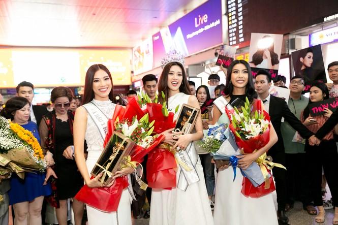 Hoa hậu Khánh Vân bị hàng trăm fans 'bao vây' khi về đến TP. HCM - ảnh 2