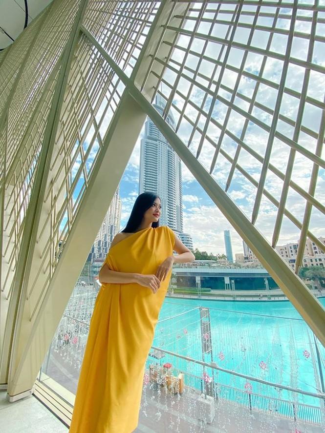 Hoàng Thuỳ tái xuất sau Miss Universe, khoe chân thon 'cực phẩm' - ảnh 12