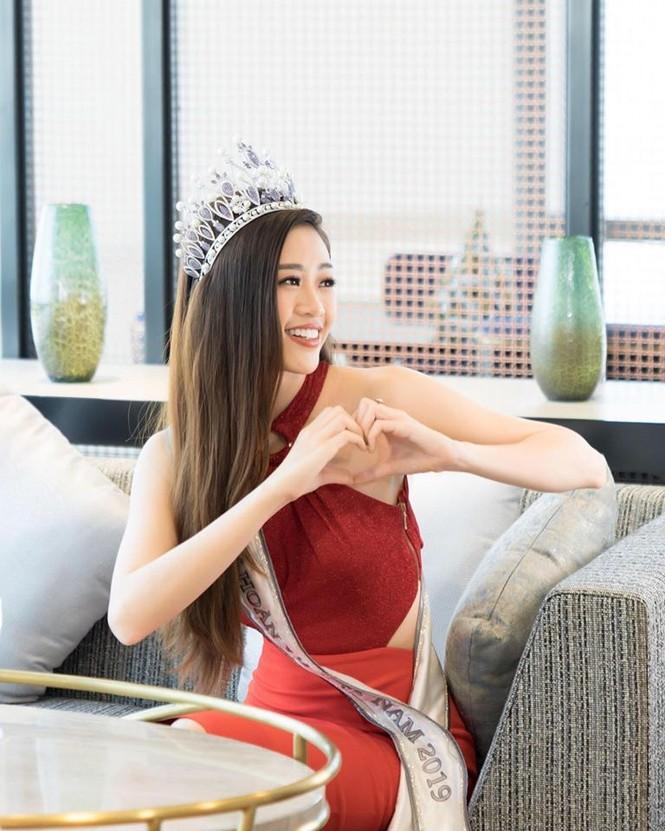 Hoàng Thuỳ tái xuất sau Miss Universe, khoe chân thon 'cực phẩm' - ảnh 6