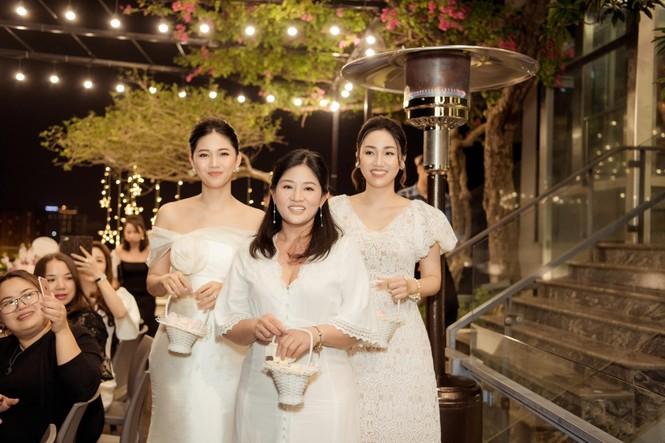 Bố mẹ Á hậu Thanh Tú tổ chức tiệc 30 năm ngày cưới hoành tráng và lãng mạn - ảnh 1