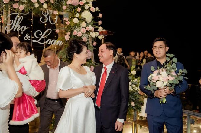 Bố mẹ Á hậu Thanh Tú tổ chức tiệc 30 năm ngày cưới hoành tráng và lãng mạn - ảnh 4