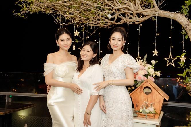 Bố mẹ Á hậu Thanh Tú tổ chức tiệc 30 năm ngày cưới hoành tráng và lãng mạn - ảnh 2