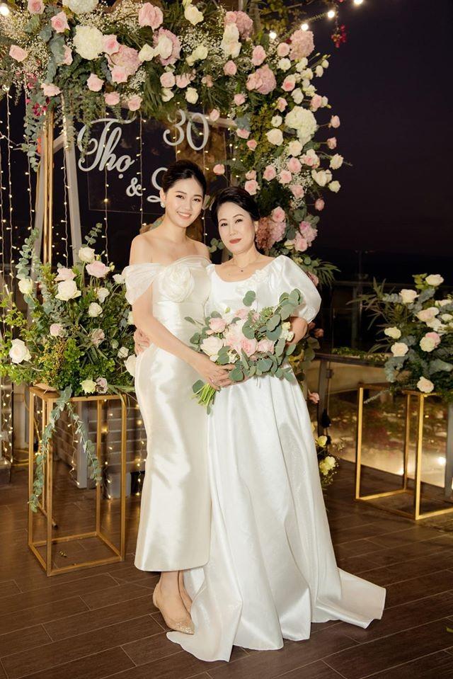 Bố mẹ Á hậu Thanh Tú tổ chức tiệc 30 năm ngày cưới hoành tráng và lãng mạn - ảnh 3