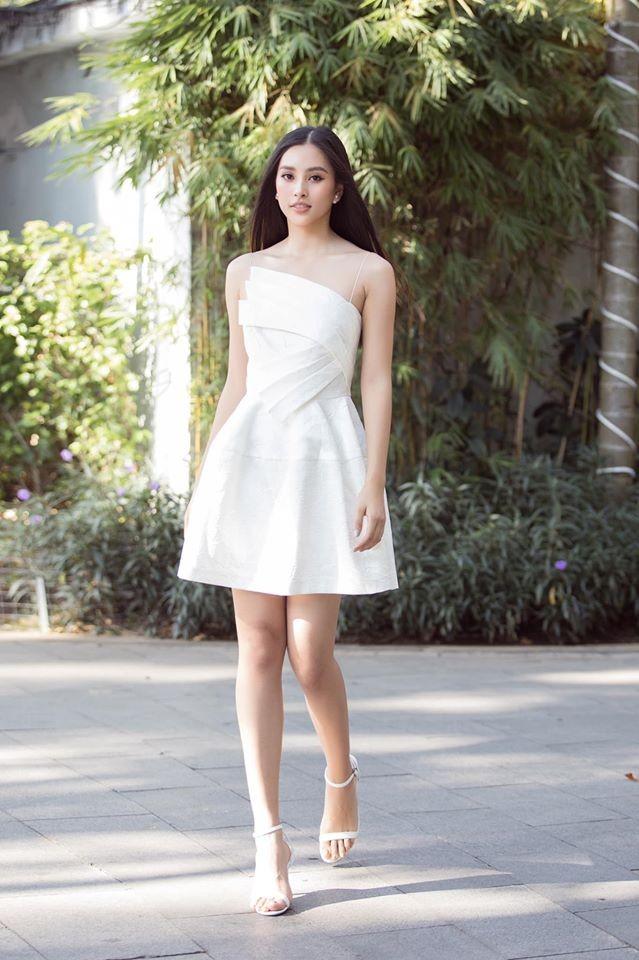 Hoa hậu Lương Thuỳ Linh khoe vòng một gợi cảm với váy trễ vai đỏ rực - ảnh 4