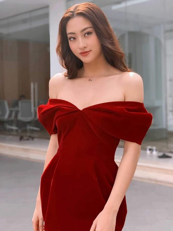 Hoa hậu Lương Thuỳ Linh khoe vòng một gợi cảm với váy trễ vai đỏ rực - ảnh 1
