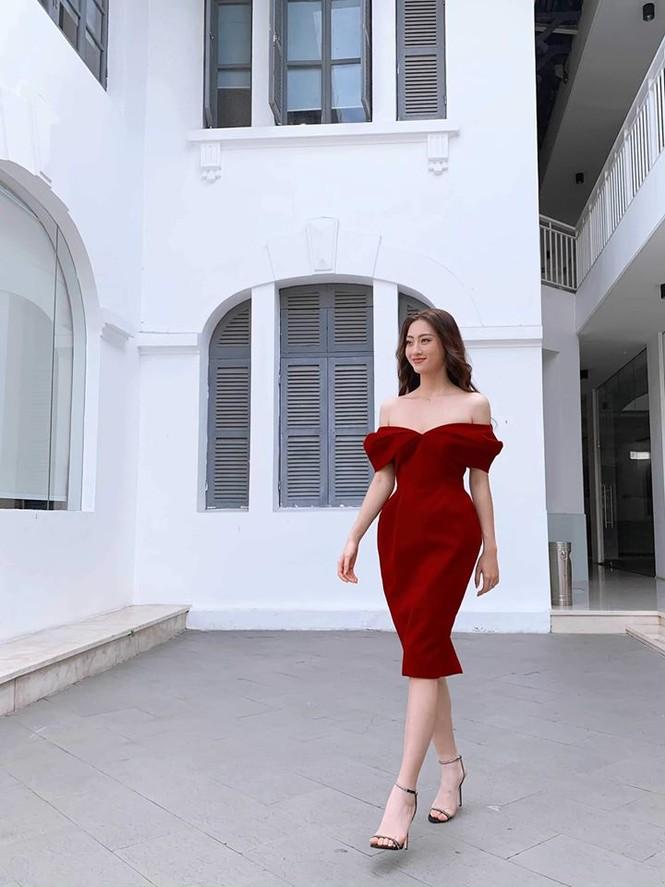 Hoa hậu Lương Thuỳ Linh khoe vòng một gợi cảm với váy trễ vai đỏ rực - ảnh 2