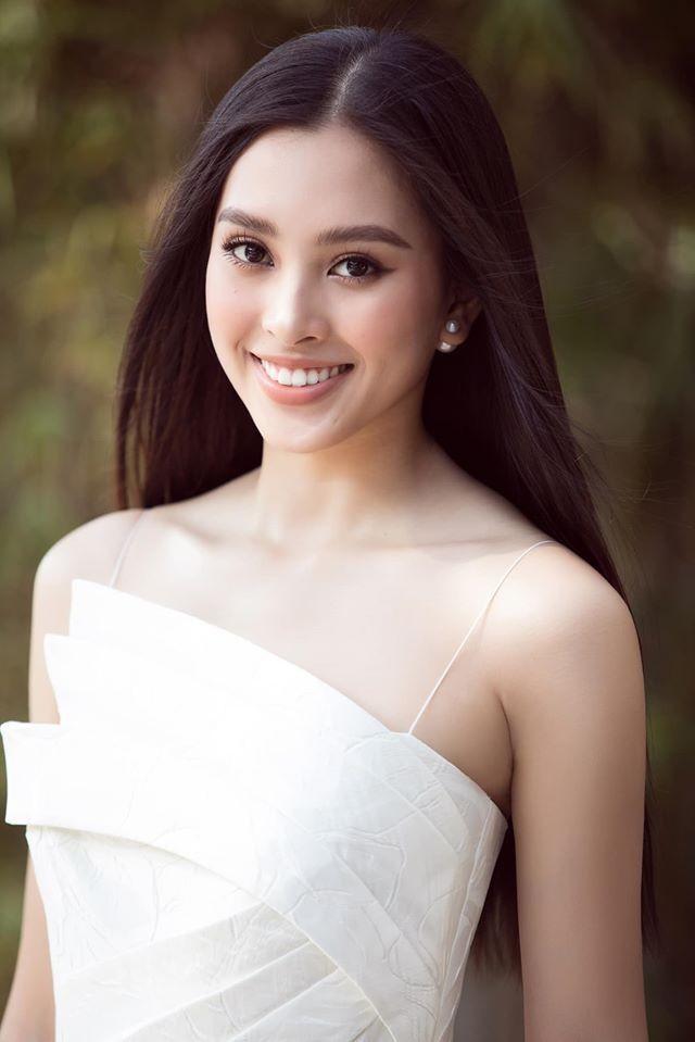 Hoa hậu Lương Thuỳ Linh khoe vòng một gợi cảm với váy trễ vai đỏ rực - ảnh 3