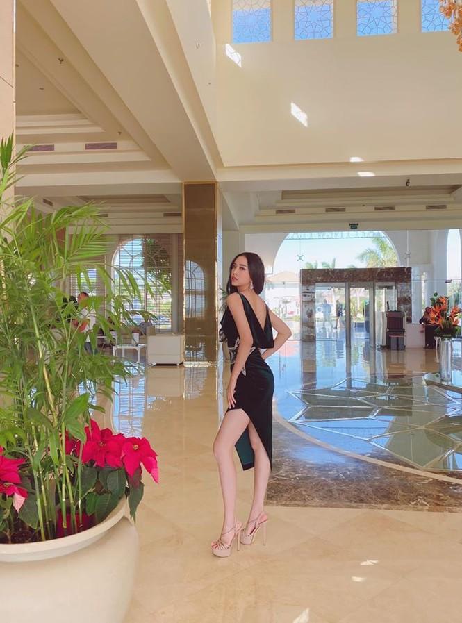 Hoa hậu Lương Thuỳ Linh khoe vòng một gợi cảm với váy trễ vai đỏ rực - ảnh 11