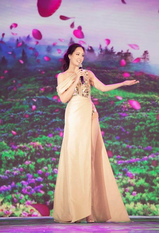 Hoa hậu Lương Thuỳ Linh khoe vòng một gợi cảm với váy trễ vai đỏ rực - ảnh 13